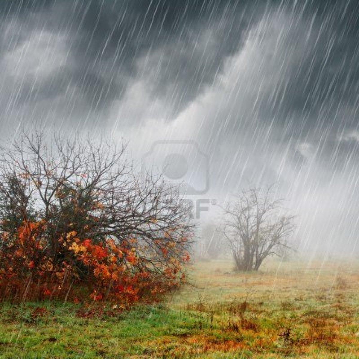 5250712-dag-met-stormachtige-herfst-mist-regen-vallen-kleuren-en-donkere-wolken