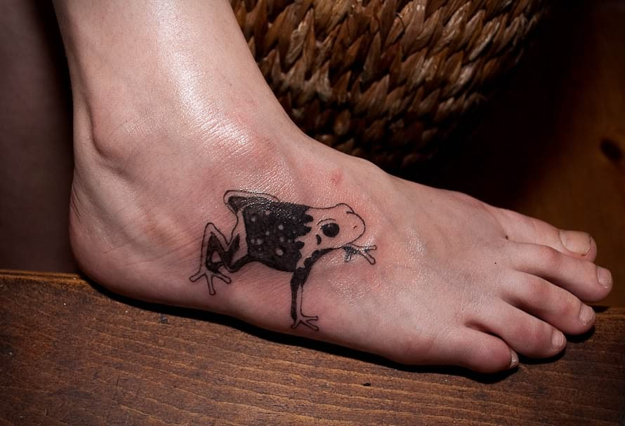 black-frog-tattoo-on-foot