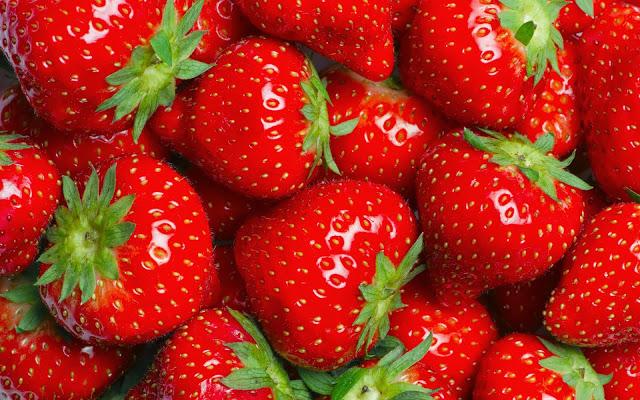 foto-lekkere-verse-aardbeien-wallpaper-achtergrond